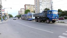 Tramvaiul defect  a fost tractat până la  depou cu o basculantă  din dotarea RAT SRL Craiova (Foto: Bogdan Grosu)