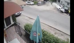Mașina scăpată de sub control a ajuns pe trotuar, unde a lovit trei pietoni și trei autoturisme parcate
