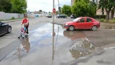 """""""Lacul de acumulare"""" de pe strada Victor Gomoiu, la intersecția cu strada Popoveni, creează mari probleme șoferilor  și trecătorilor (Foto: Claudiu Tudor)"""