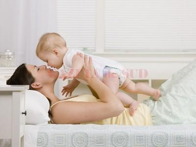 Mama și bebelușul ar putea primi mai mulți bani din iulie (Foto: Shutterstock)