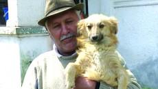 Ion Livezeanu este de acord să-și vaccineze câinii ca să nu se îmbolnăvească, însă nu are bani să plătească pentru microcipare (Foto: Lucian Anghel)