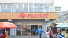 Femeia rănită în magazinul Market din Piața Centrală a fost dusă la spital (FOTO: GdS)