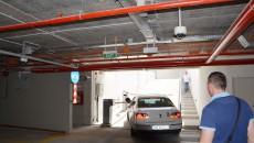 Pentru a ieși din parcarea subterană, șoferii trebuie să se încadreze corespunzător, pentru a ajunge la automatul care validează tichetul