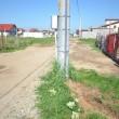 Se observă că stâlpul de electricitate este aproape de mijlocul străzii (Foto: Traian Mitrache)