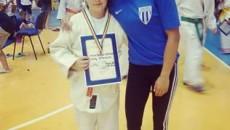 Instructorul Amalia Doană, alături de una dintre medaliate