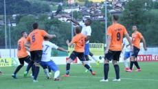 În primul meci din Austria, jucătorii din Bănie (în tricouri albe) au fost învinși cu scorul de 2-1 de către albanezii de la Teuta Durras (foto: csuc.ro)