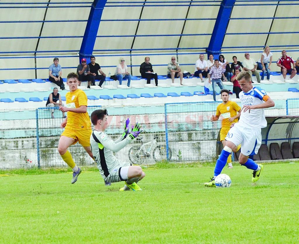 Ionuţ Gruia (la minge) a făcut o partidă excelentă la Işalniţa (Foto: Alexandru Vîrtosu)