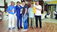 Silviu Bogdan şi ajutoarele sale au premiat ocupantele podiumului de la Ligile IV şi V şi de la juniori (Foto: Alexandru Vîrtosu)