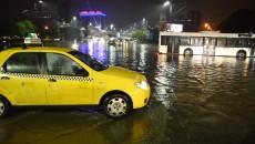 În intersecția de la Billa, apa a acoperit trotuarele și a înghițit și strada Toporași (Foto: Claudiu Tudor)