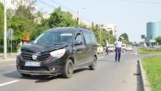 Polițiștii craioveni au stabilit din primele cercetări că tânăra de 21 de ani a fost lovită de autoturism pe trecerea de pietoni (Foto: Bogdan Grosu)