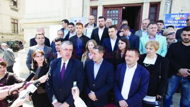 Nicolae Giugea (stânga, prim-plan) şi Pavel Badea dau declaraţii presei cu ocazia depunerii candidaturii la alegerile din 5 iunie (Foto: arhiva GdS)