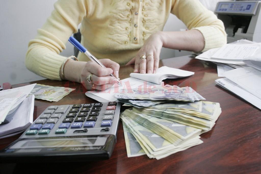 Finanțele susțin că titlurile de stat aduc un randament mai bun decât dacă banii ar fi depuși în bănci. Fiecare poate să-și facă singur calculele cât ar câștiga dacă ține banii în depozite bancare și cât ar câștiga dacă ar cumpăra titluri de stat și pot să aleagă ce formulă investițională vor. (Foto: arhiva GdS)