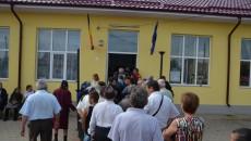 La Perişor, localnicii au stat la coadă la intrarea în secţia de vot (Foto: Valentin Tudor)