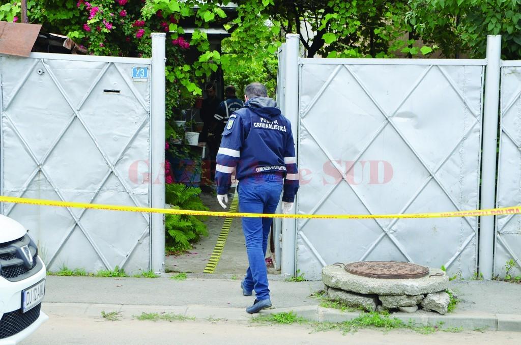 Anchetatorii au stabilit că bărbatul de 57 de ani și-a înjunghiat mama, după care a încercat să-și ia viața cu același cuțit (Foto: GdS)