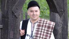 Marius Ţugulescu este oltean din Vaideeni şi cântă cu mult drag pentru iubitorii de folclor