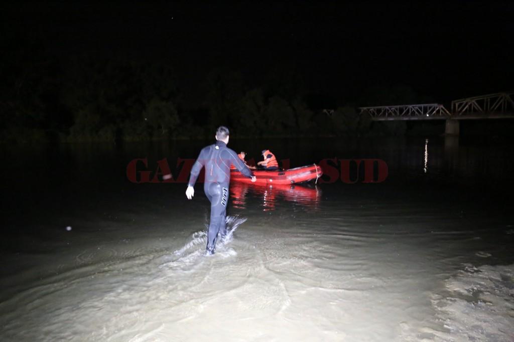 Echipajul de scafandri a reușit să găsească trupul băiatului după mai bine de două ore de scufundări (Foto: Claudiu Tudor)