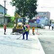 Gurilor de canal de pe strada Constantin Severeanu, din cartierul 1 Mai, le-a venit abia acum rândul la decopertare  și reasfaltare, deși drumul a fost asfaltat în martie (FOTO: Claudiu Tudor)