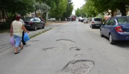 Strada Dr. Ștefan Berceanu, una dintre cele mai distruse străzi din cartierul 1 Mai (FOTO: Claudiu Tudor)