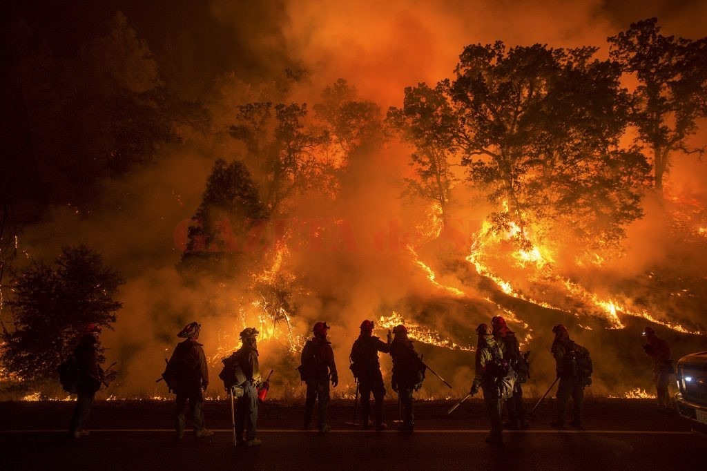 Flames from the Valley Fire cover a hillside along Highway 29 in Lower Lake, California September 13, 2015. The swiftly spreading wildfire destroyed hundreds of homes and forced thousands of residents to flee as it roared unchecked through the northern California village of Middletown and nearby communities, fire officials said on Sunday.  REUTERS/Noah Berger      TPX IMAGES OF THE DAY      - RTSYTT