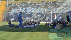 Alb-albaștrii nu mai pot găsi umbra și în timpul meciurilor, așa cum se mai întâmplă la unele antrenamente (foto: Alexandru Vîrtosu)