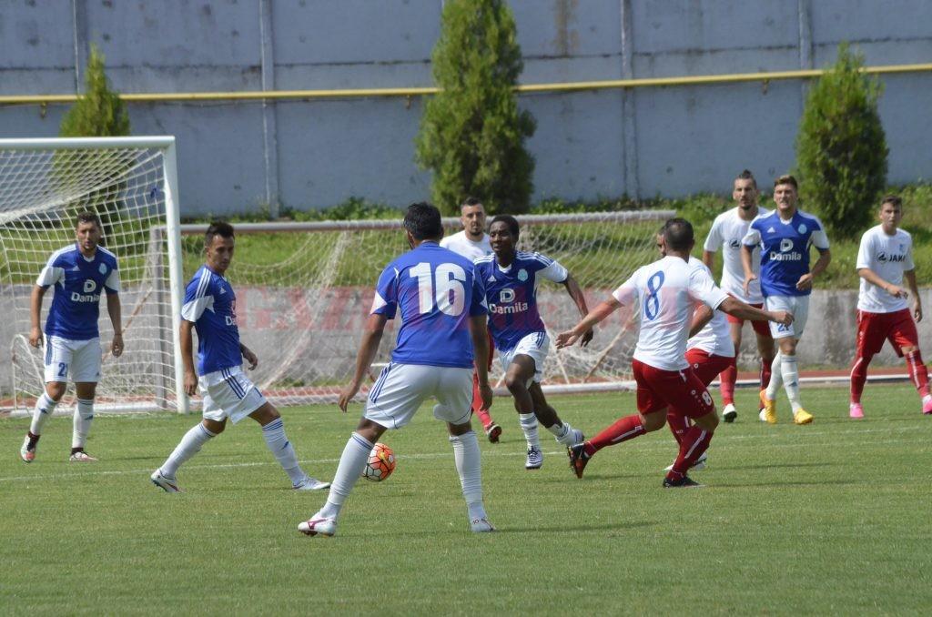 Vâlcenii (în albastru) vor afla astăzi programul noului sezon din Liga a II-a (foto: Alexandru Vîrtosu)