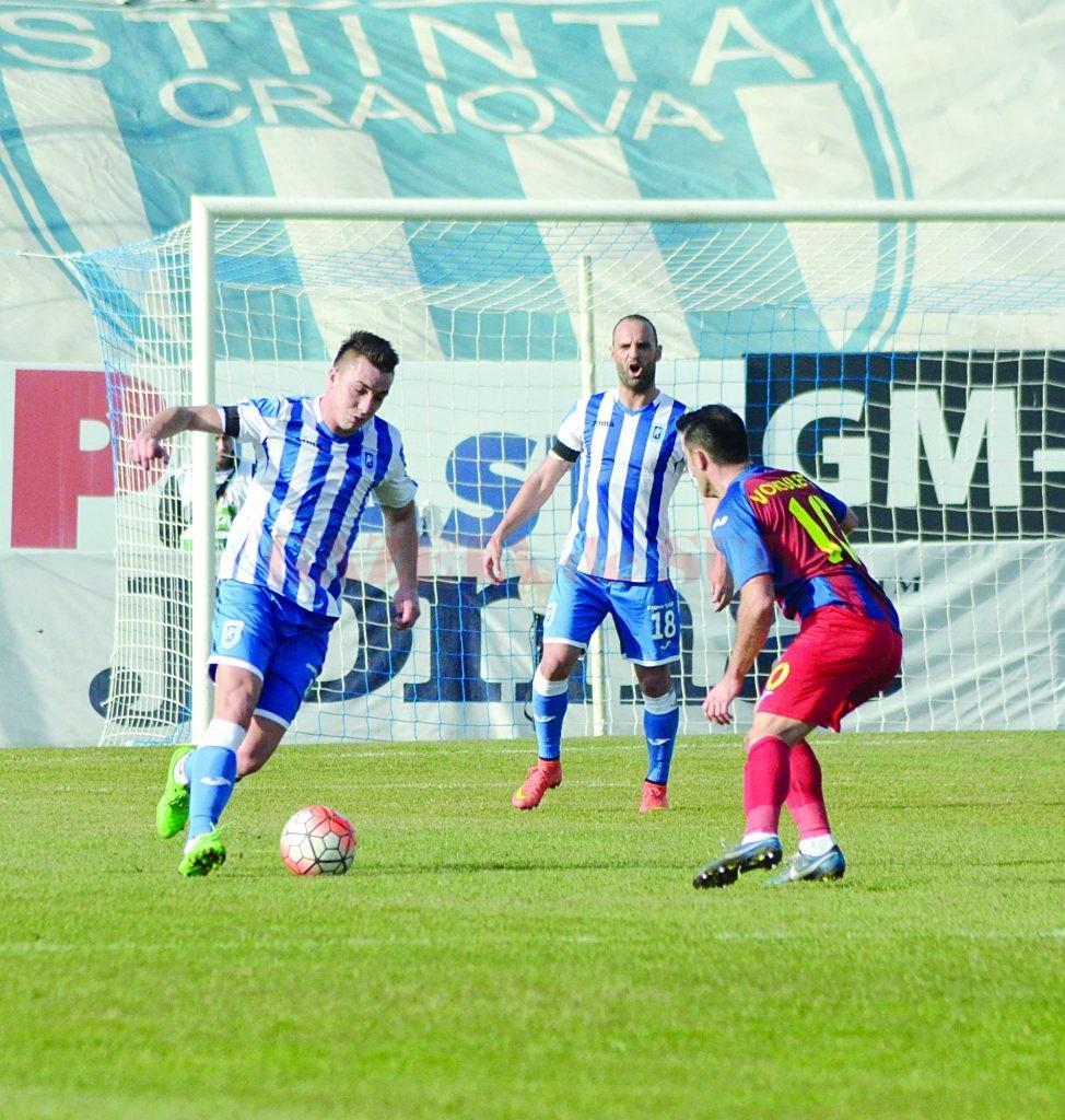 Alexandru Mateiu (la minge) şi colegii săi vor să facă un meci excelent cu ASA (Foto: Alexandru Vîrtosu)