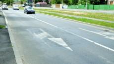 Aşa arată o stradă modernizată cu fonduri europene, recepţionată acum două săptămâni de comisia de specialitate din cadrul Primăriei Craiova: marcajele s-au şters, asfaltul s-a lăsat pe porţiuni însemnate sau pur şi simplu s-a rupt, strada fiind peticită, iar asfaltul lipit cu mastic (Foto: Claudiu Tudor)