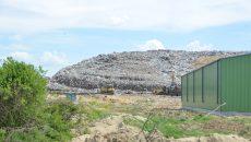 În comunele din Dolj, gunoaiele sunt aruncate la voia întâmplării, deoarece primarii nu mai au gropi ecologice unde să le depoziteze și nici bani să plătească firme care să le aducă la singurul depozit autorizat, cel de la  Mofleni (Foto: Arhiva GdS)
