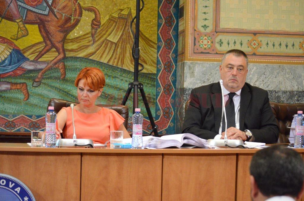 Atât viceprimarul Mihail Genoiu, dar mai ales primarul Olguța Vasilescu au dat de înțeles că proiectele europene sunt aproape gata și că doar procedurile birocratice și uneori dezinteresul firmelor de construcții împiedică finalizarea acestora (FOTO: Traian Mitrache)