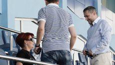 """În fotografie, Mihai Rotaru (dreapta) discută în tribuna fostului """"Oblemenco"""" cu alți iubitori de sport (Foto: Arhiva GdS)"""