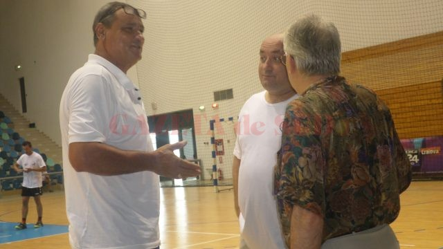 Antrenorul Alexandru Teuţan le dă indicaţii jucătorilor