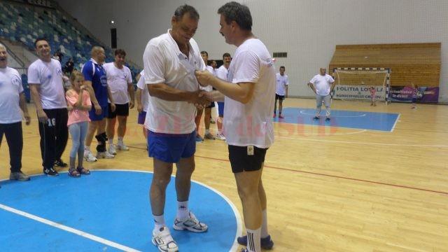 Marius Barcan (dreapta), directorul SCM Craiova şi fost handbalist, a fost cel care a înmânat diplomele participanţilor