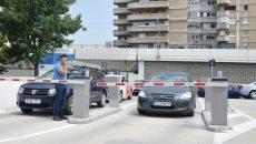 Ieri, barierele parcării subterane au refuzat să se ridice pentru a permite accesul automobilelor (Foto: Bogdan Grosu)