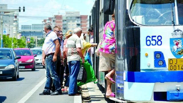 Până când primăria va reuși să modifice lățimea refugiilor pentru călători, craiovenii  se înghesuie pe peroanele înguste și se chinuiesc să urce în tramvaie (Foto: Bogdan Grosu)