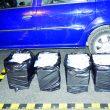 Oamenii legii spun că au confiscat atât țigările de contrabandă, cât și Dacia Logan a craioveanului de 32 de ani (Foto: IPJ Dolj)