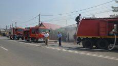 Pompierii doljeni au intervenit cu trei autospeciale pentru stingerea incendiului  care s-a extins la o casă de locuit de pe strada Brestei (Foto: Bogdan Grosu)