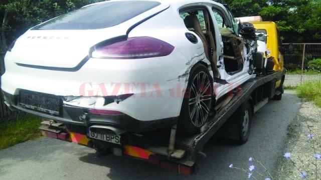 Maşina a fost transportată  pe o platformă (Foto: Eugen Măruţă)