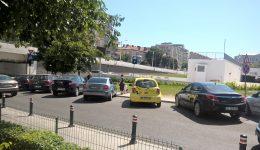 Pe strada Romul se parchează pe trotuar, deși la câțiva metri 600 de locuri de parcare stau goale (Foto: Valentin Tudor)