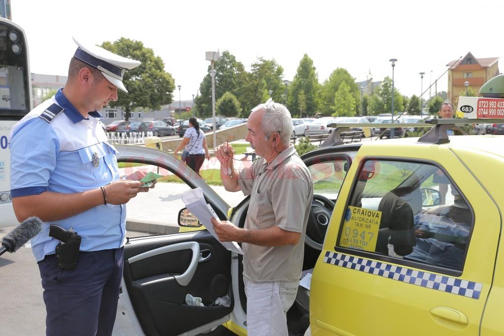 Polițiștii Biroului Rutier au organizat  o acțiune de control a taxiurilor din Craiova (FOTO: Claudiu Tudor)