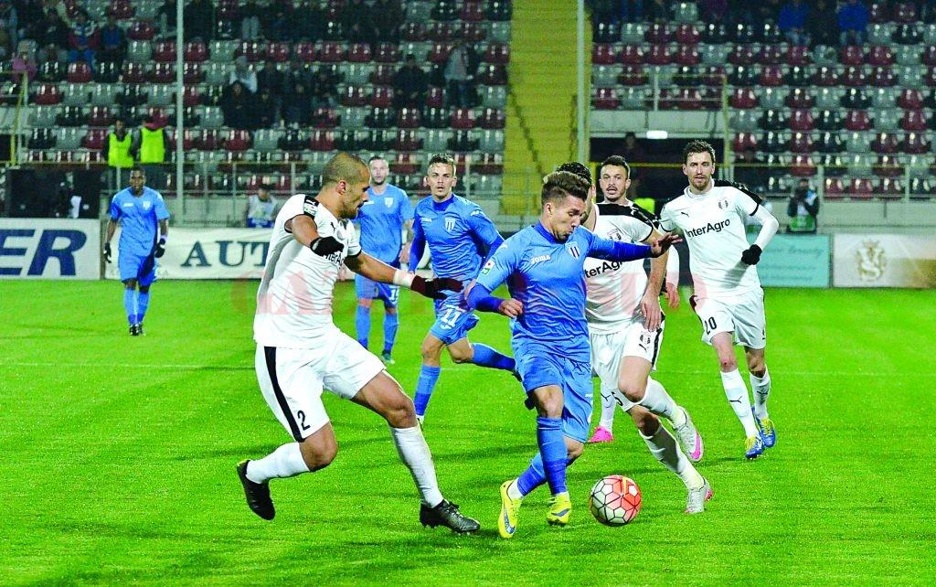 Alex Băluţă (în albastru) şi colegii săi încearcă să obţină un rezultat bun la Giurgiu (Foto: Arhiva GdS)