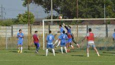 Filieşenii (în albastru) nu au avut un meci ușor cu Viitorul Cârcea (foto: Alexandru Vîrtosu)