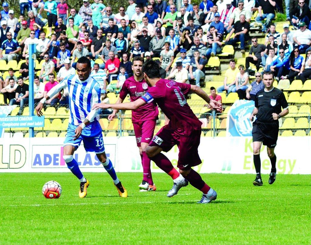 Nuno Rocha (la minge) a marcat în ultimele două meciuri ale craiovenilor din Liga I  (Foto: arhiva GdS)