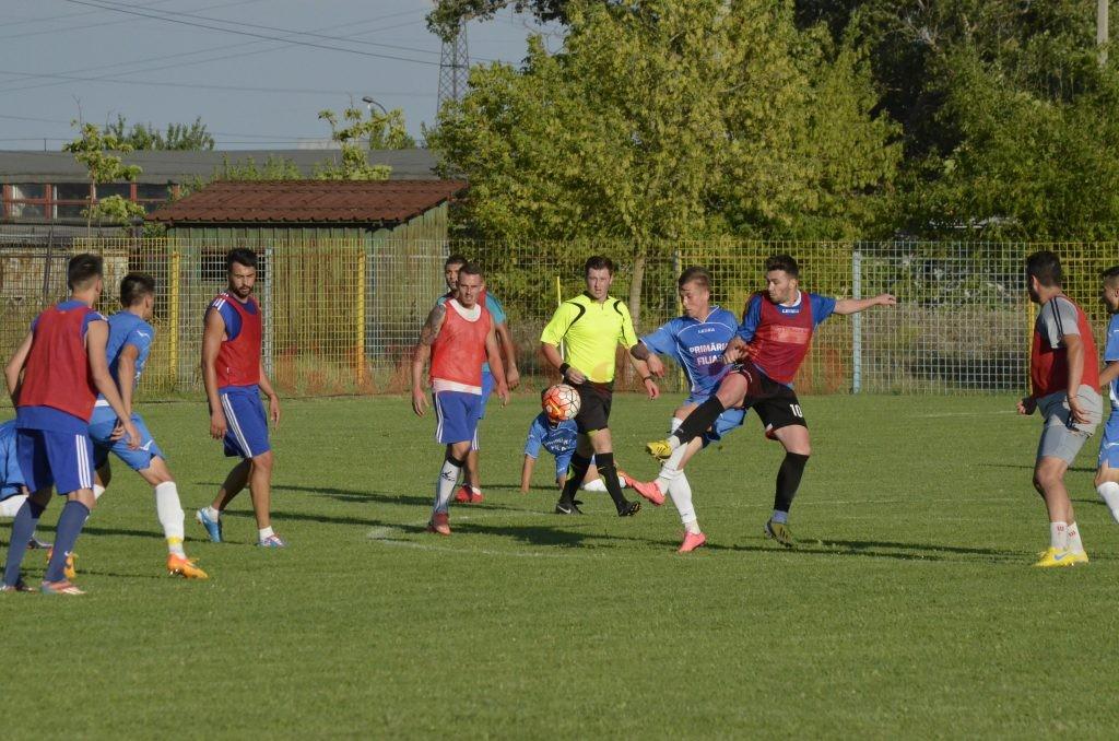 Filieşenii (în albastru) au dus lupte serioase la mijlocul terenului pentru minge (foto: Alexandru Vîrtosu)
