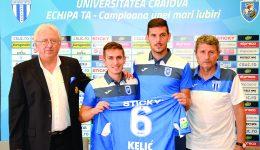 Kelic a fost ajutat de Vătăjelu să prezinte tricoul şi speră să facă o treabă bună la Craiova (Foto: Alexandru Vîrtosu)