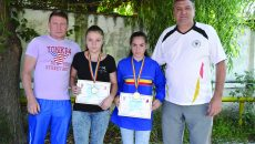 Antrenorii de la SCM Craiova, Ion Dragomir (stânga) şi Ion Joiţa, alături de medaliata cu argint Sebastiana Stănciucă (stânga) şi campioana Cristina Băran ()