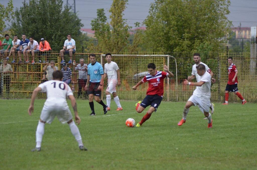 Filieşenii (în roşu) au trecut de Podari în Cupă (foto: Alexandru Vîrtosu)