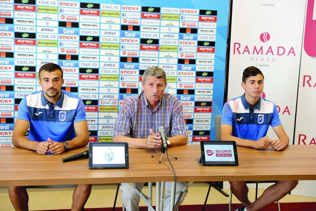 Antrenorul Gigi Mulțescu (în centru) și jucătorii Simon Măzărache (stânga) și Vladimir Scrieciu au vorbit despre meciul cu Astra (Foto: Claudiu Tudor)