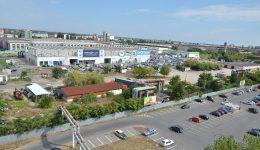 Centrul multifuncţional ar urma să fie construit  pe terenul dintre Kaufland şi Electroputere Park (Foto: Claudiu Tudor)