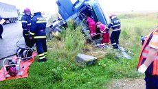 Șoferul a fost scos de pompierii doljeni din cabina avariată a tirului care s-a răsturnat în șanț (Foto: ISU Dolj)