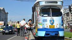 Craiovenii continuă să se înghesuie pe peroanele înguste și să se chinuiască la urcarea  sau coborârea din tramvaie (Foto: Bogdan Grosu)